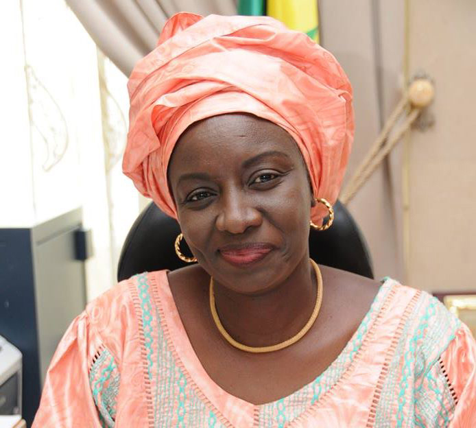 """Mimi Touré : """"Sonko, le candidat anti-système, courtise Wade le grand-père de la politique politicienne"""""""