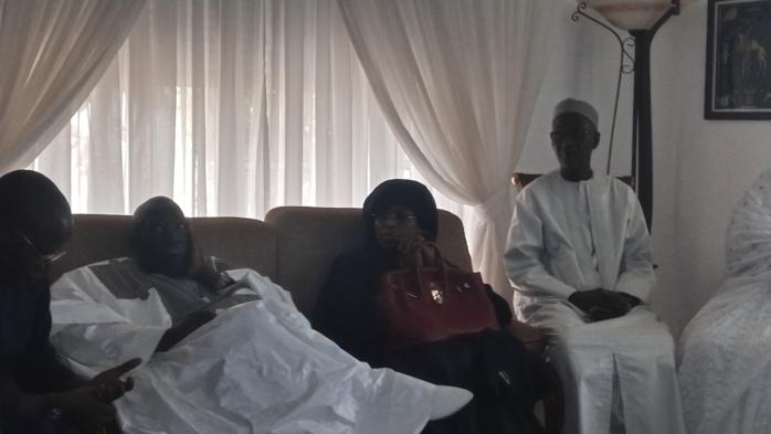 FANN RÉSIDENCE : Marième Faye Sall, en compagnie de Yakham Mbaye et d'un seul garde, a présenté ses condoléances à la famille de OTD.