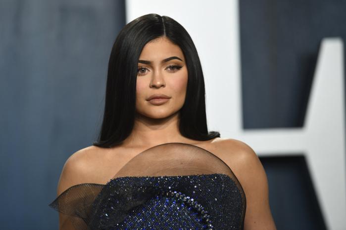 « Forbes » retire son titre de milliardaire à Kylie Jenner, soupçonnée d'avoir menti sur sa fortune.