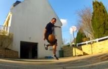 REGARDEZ. Ce qu'il fait avec un ballon de basket, c'est juste incroyable