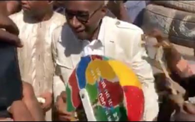 Vidéo. IN-CRO-YABLE ! Le ministre Me Sidiki Kaba devient Bongo-Man !