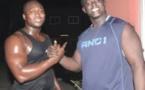 """le petit frère de Aziz Alé Ndiaye, verse du """"saffaraa"""" sur le visage de Modou LO lors du face à face ...."""