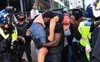 """Londres : Un manifestant d'extrême droite secouru par un homme du mouvement """"Black Lives Matter"""