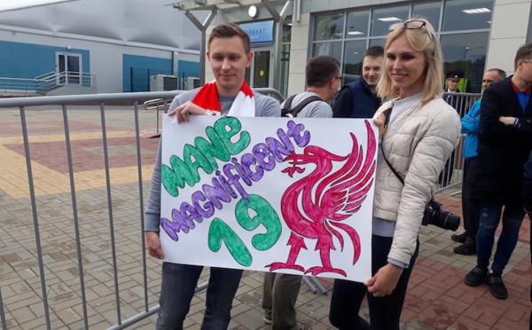 Aéroport de Kaluga : Sadio Mané accueilli par des fans de Liverpool