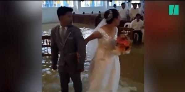 Insolite-Philippines : ce ne sont pas les moussons qui empêcheront ce couple de se marier [Vidéo]