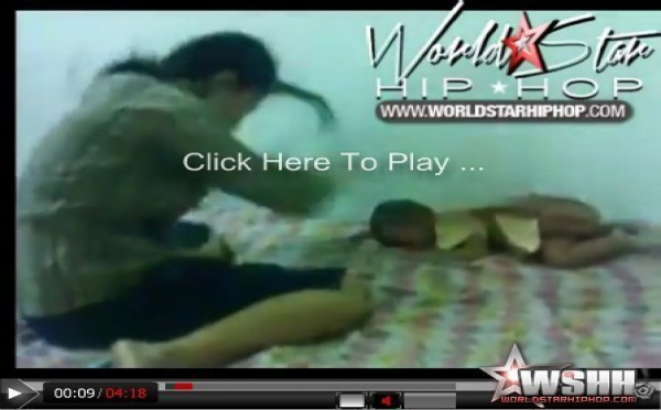 REGARDEZ. Elle torture son bébé avec un oreiller